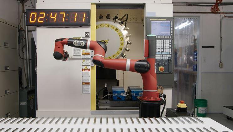 Le robot Sawyer travaille sur une machine CNC