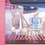 Robots Doosan en vitrine dans la boutique Lancôme